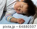 幼児の寝顔 アップ 男児 ボケ 64880307