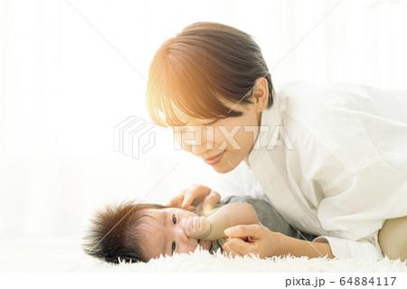 生後三ヶ月の男の子と触れ合う母親_フレア入り 64884117