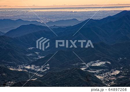 三ツ峠から見る朝の山並みと東京のビル群 64897208