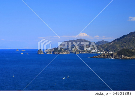 晴れの日に西伊豆からの伊豆半島の上に顔を出す富士山 64901893