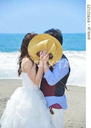 海岸で内緒話しをしている幸せな二人(静岡県浜松市中田島海岸) 64902125
