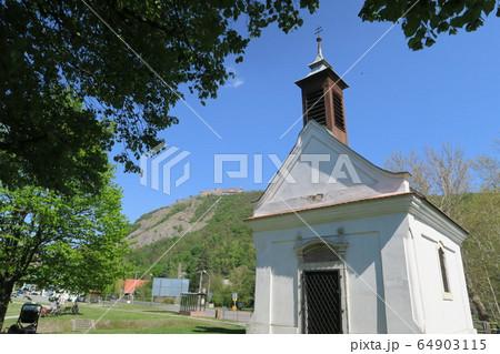 ドナウベントの景勝地にある長閑なヴィシェグラードの景観 64903115