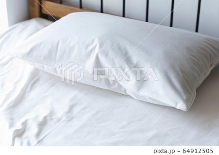 ベッドに置かれた枕 イメージ 64912505