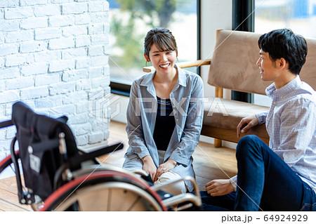 車椅子の女性と男性 若いカップル  64924929