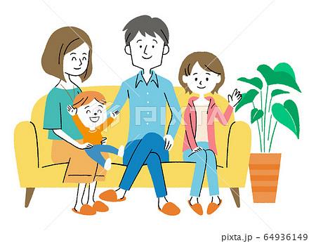 ソファーに座る家族 64936149