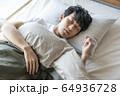 若い男性の寝顔 64936728
