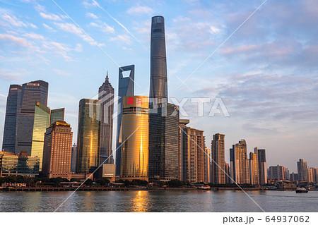 《上海》外灘の夕景・陸家嘴(りくかし)の摩天楼 64937062