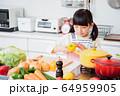 キッチン 料理 子供 ライフスタイル 64959905