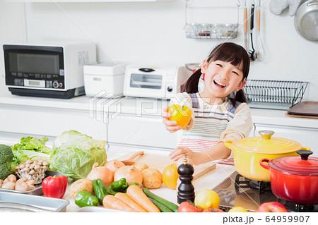 キッチン 料理 子供 ライフスタイル 64959907