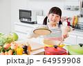 キッチン 料理 子供 ライフスタイル 64959908