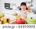 キッチン 料理 子供 ライフスタイル 64959909