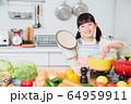 キッチン 料理 子供 ライフスタイル 64959911