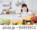 キッチン 料理 子供 ライフスタイル 64959912