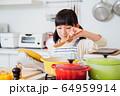 キッチン 料理 子供 ライフスタイル 64959914