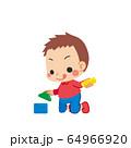 積み木で遊んでいる小さな男の子 64966920
