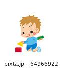 積み木で遊んでいる小さな男の子 64966922