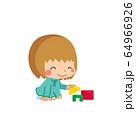 積み木で遊んでいる小さな女の子 64966926