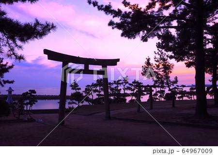 明石・住吉神社の鳥居越しに見る魚住港、名勝・錦ヶ浦の夕凪 64967009