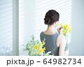 女性 花 フラワーアレンジメント  64982734