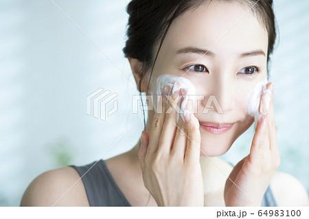 女性 洗顔 64983100