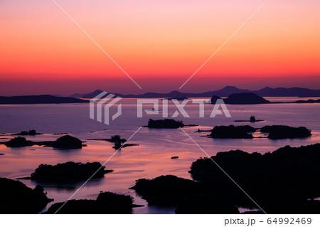 《長崎県 佐世保市》展海峰から見る美しい夕暮れと九十九島 64992469