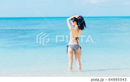 水着の若い女性 64995043