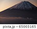 御坂山地・雪頭ヶ岳から朝焼けの富士山 65003165