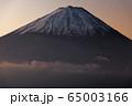 御坂山地・雪頭ヶ岳から朝焼けの富士山 65003166