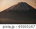 御坂山地・雪頭ヶ岳から朝焼けの富士山 65003167