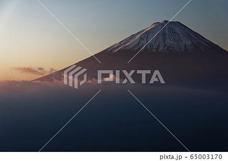 御坂山地・雪頭ヶ岳から朝焼けの富士山 65003170