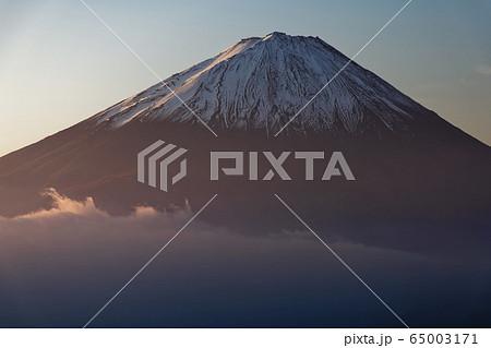 御坂山地・雪頭ヶ岳から朝焼けの富士山 65003171
