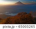 御坂山地・雪頭ヶ岳から夜明けの富士山と西湖 65003265