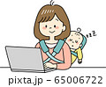 赤ちゃんをおんぶしながらテレワークするお母さん 65006722