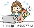 テレワーク中に赤ちゃんが大泣きして焦るお母さん 65007718