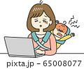 テレワーク中に赤ちゃんが大泣きして仕事が進まないお母さん 65008077