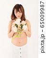 妊娠9ヶ月の妊婦さん 65009987
