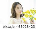 女性 花 フラワーアレンジメント  65023423