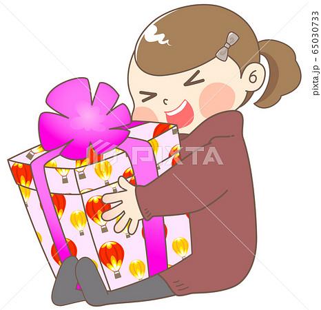 誕生日プレゼントにはしゃぐ女の子 - 冬 65030733