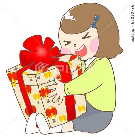 誕生日プレゼントにはしゃぐ女の子 - 春 65030736