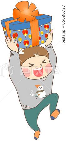 誕生日プレゼントにはしゃぐ男の子 - 冬 65030737