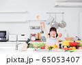 キッチン 料理 小学生 女の子 子供 65053407