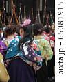 京都・三十三間堂・通し矢(大的大会)晴れ着姿の新成人が弓を持って集まります。 65081915