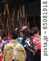 京都・三十三間堂・通し矢(大的大会)晴れ着姿の新成人が弓を持って集まります。 65081918