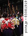 京都・三十三間堂・通し矢(大的大会)晴れ着姿の新成人が弓を持って集まります。 65081919
