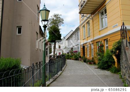 ノルウェー第2の都市ベルゲンの旧市街 世界遺産のブリッゲンの倉庫街からフロイエン山の登山道付近の住宅 65086291