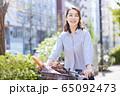 女性 ライフスタイル 自転車 買い物 フランスパン 65092473