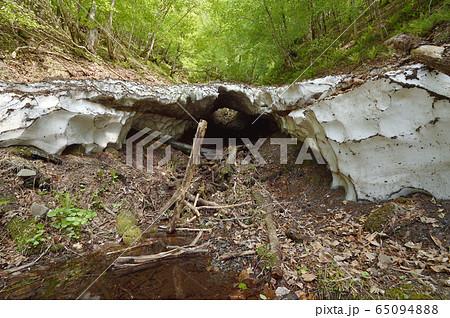 春の山で見つけたスノーブリッジ(北海道) 65094888