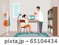 自宅学習の子供を見守る父親のイメージ 65104434