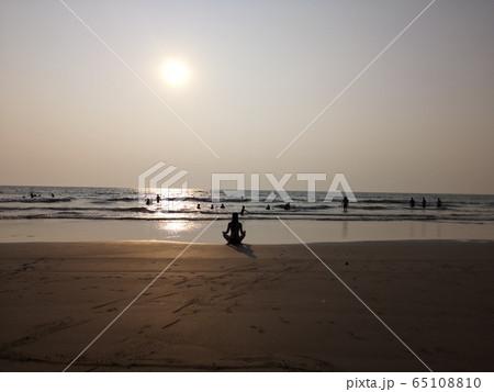 ゴアのビーチでヨガ 65108810