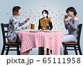 ウイルスが蔓延する中で一人だけマスクをした3人の女性がビールを飲みながら食事をし会話をしている 65111958